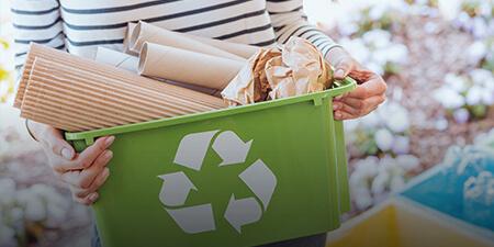 Imagem de uma profissional separando o lixo para coleta